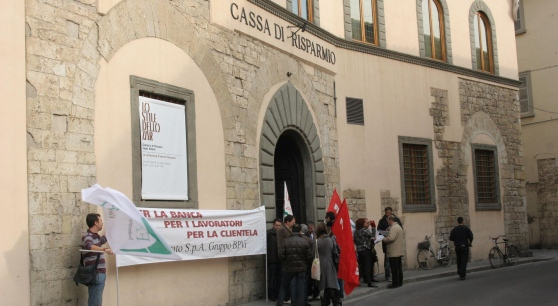 Proteste davanti all sede di Prato...