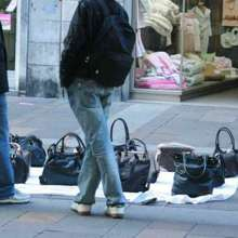 Venditori Abusivi Pizzicati In Prato Della Valle: Scatta La Denuncia