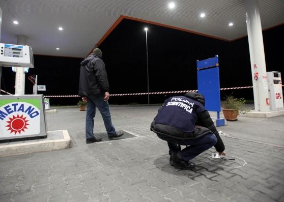 Rapina Al Distributore, Benzinaio Colpito Alla Testa Col Calcio Della Pistoia